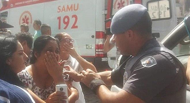 Familiares de alunos da escola Raul Brasil buscam informações sobre massacre