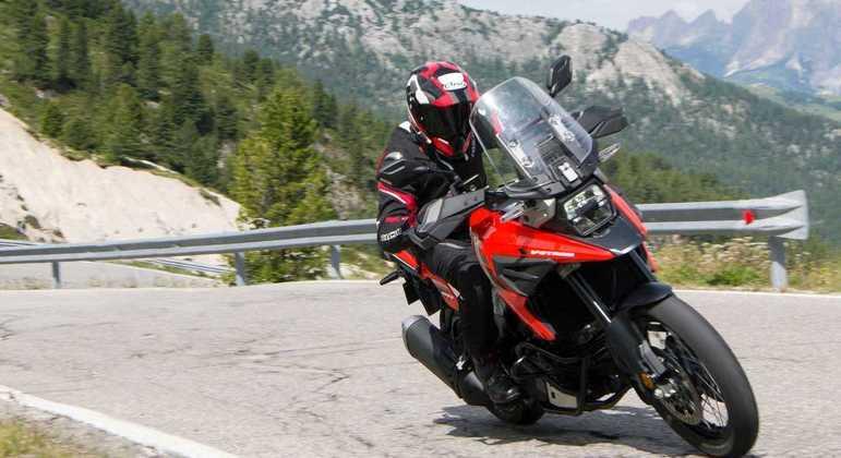 Motocicleta ainda vem equipada com controle de carga para auxiliar a frenagem