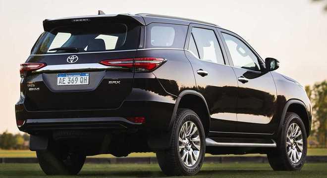 Traseira muito parecida com a da versão 2020: eis o visual da nova Toyota SW4