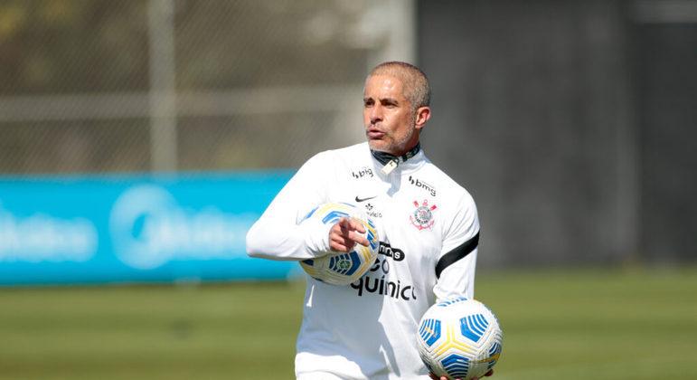 Sylvinho sentiu a pressão. Nasceu no Corinthians. Daí querer Giuliano e Renato Augusto em campo