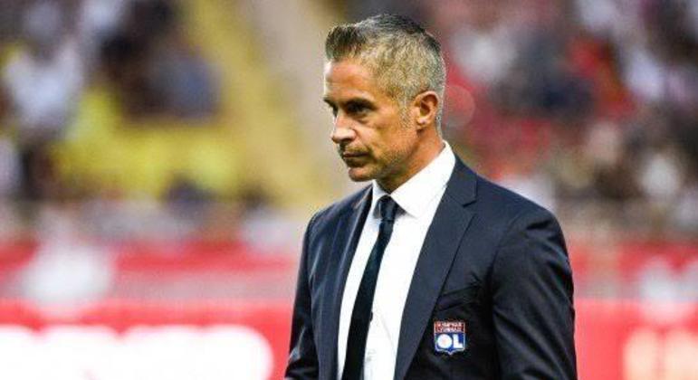 Sylvinho. No Lyon, 11 jogos. Pior início do Francês em 24 anos. Demissão sumária