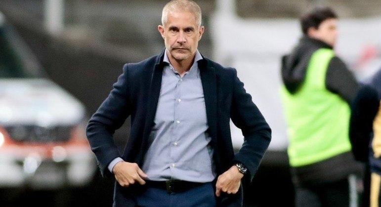 Sylvinho terminou a derrota contra o Bragantino com quatro volantes e um só atacante
