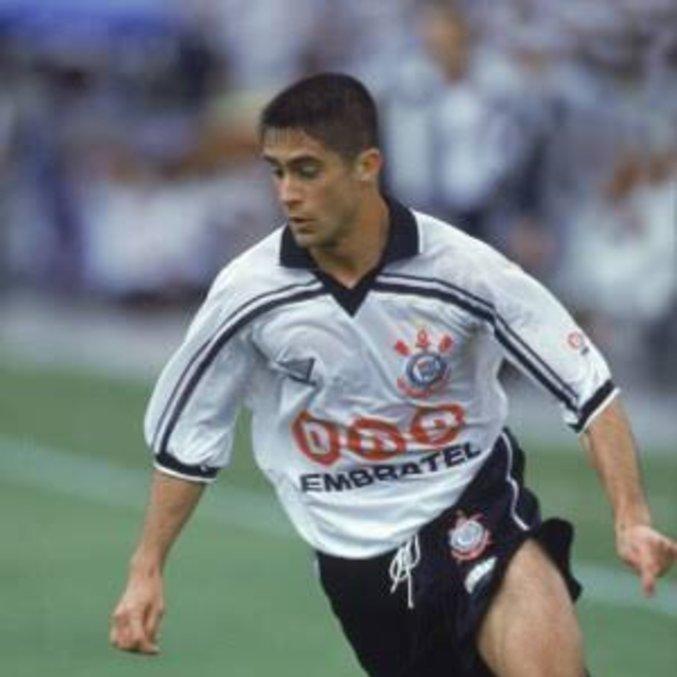 Sylvinho jogou no Corinthians entre 1994 e 1999