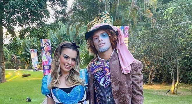 Tá bem, Arão! O volante e sua esposa investiram e foram à festa inspirados na história Alice e o País das Maravilhas.