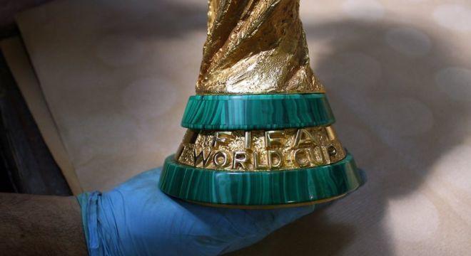 A taça, obra idealizada em 1971 pelo ourives e escultor italiano Silvio Gazzaniga, é toda confeccionada de forma artesanal, exceto pelo registro do nome dos países campeões