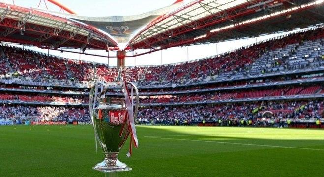 A taça da Champions, no Estádio da Luz, em Lisboa, Portugal, nova sede da decisão