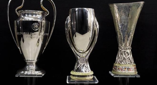Entre as taças da LC e da LE, a Supercopa da UEFA