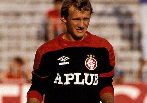 Taffarel marcou presença no Internacional com uma camisa icônica preta, com mangas vermelhas, no começo da década de 90