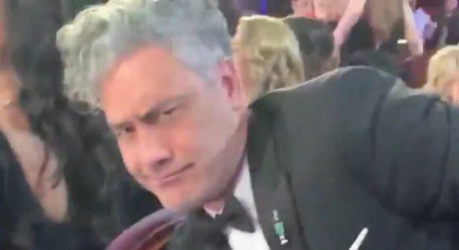 """Taika Waititi """"guardou"""" Oscar embaixo de assento da primeira fileira"""