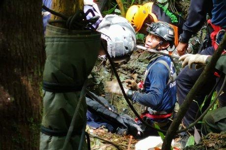 Equipes de resgate implantaram máquinas de perfuração para tentar criar um novo ponto de acesso à caverna