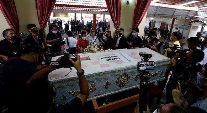 Dezenas de jornalistas e curiosos acompanharam o funeral e cremação de Si Uey