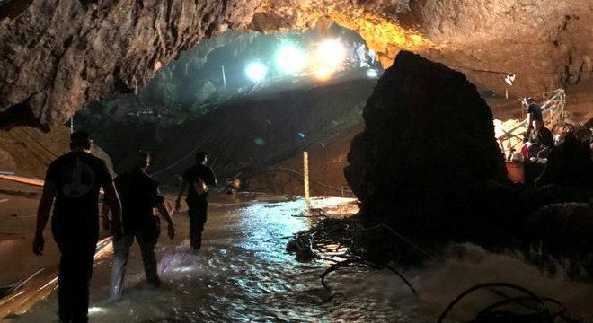 Grupo está em uma pequena câmara a quatro quilômetros da entrada da caverna