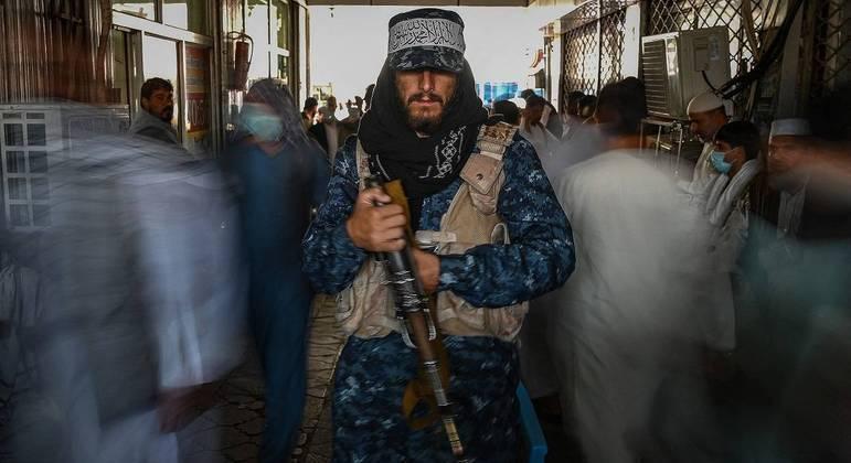 Talibãs dispersam manifestações e organizam o governo no Afeganistão