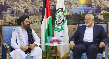 Foto de um encontro entre líder do Hamas e representante de uma delegação do Talibã