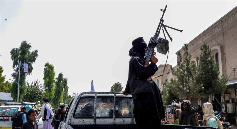 Talibã dispara para o alto e usa cassetetes para pessoas formarem fila no aeroporto de Cabul