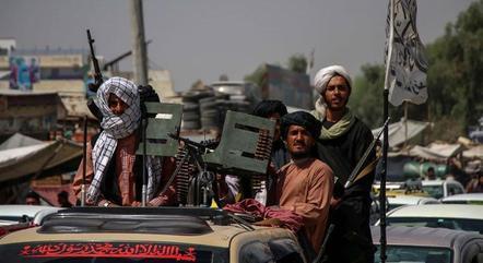 Talibãs lutam contra focos de resistência restantes no país