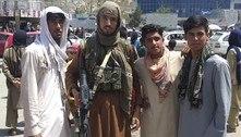 Centenas de soldados afegãos se entregam aos talibãs