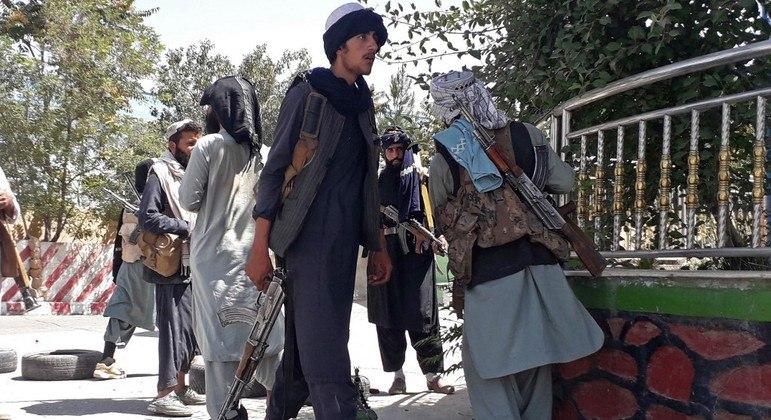 Grupo Talibã domina mais uma capital de província no Afeganistão