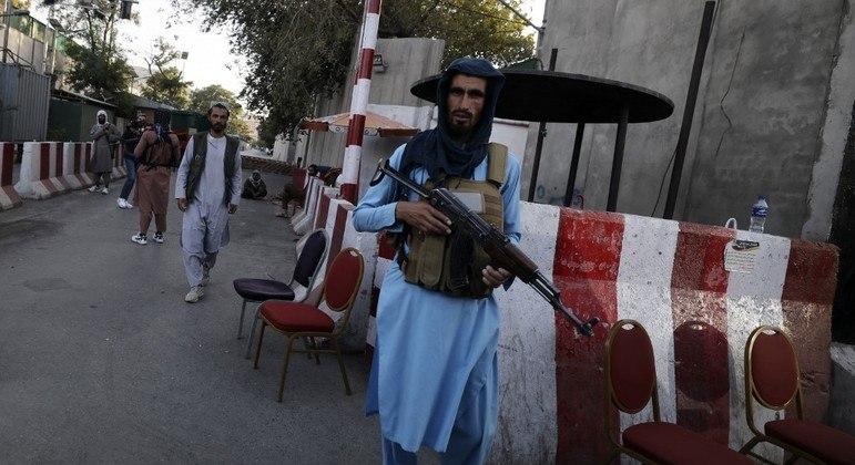 Membro do Talibá circula armado por Cabul, capital do Afeganistão