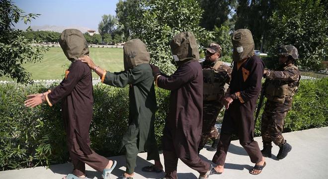 Prisioneiros do Talibã serão soltos em meio a negociações de paz
