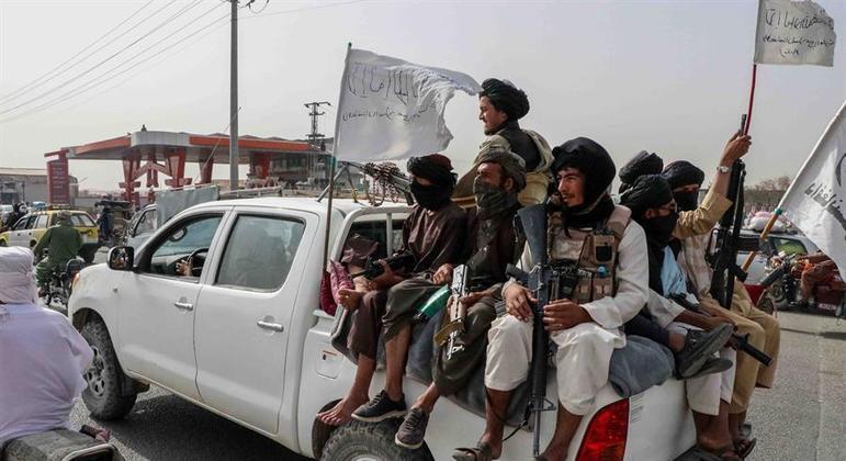 Talibã afirma que mulheres não precisarão usar burca nas ruas