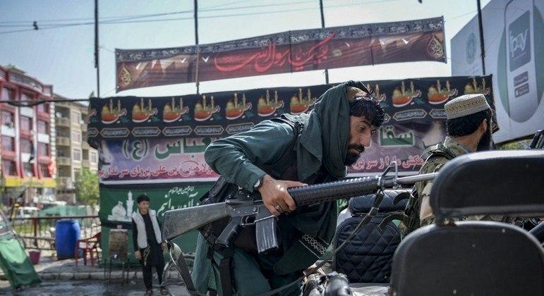 Membros do grupo talibã tomaram posse de armas e equipamentos enviados pelos EUA