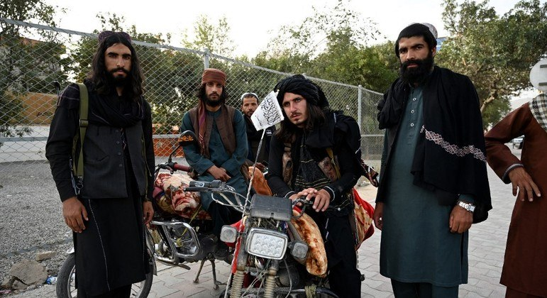 Membros do Talibã estariam impedindo que afegãos cheguem até o aeroporto de Cabul