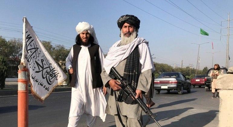 Homens do talibã nas ruas do Afeganistão