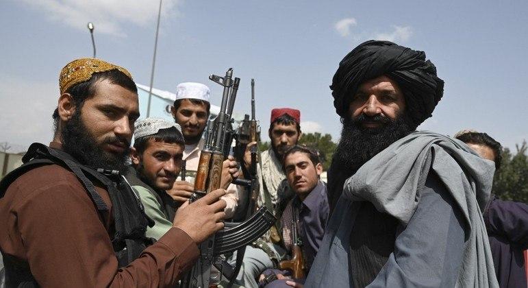 Talibãs comemoram saída do último soldado norte-americano do Afeganistão