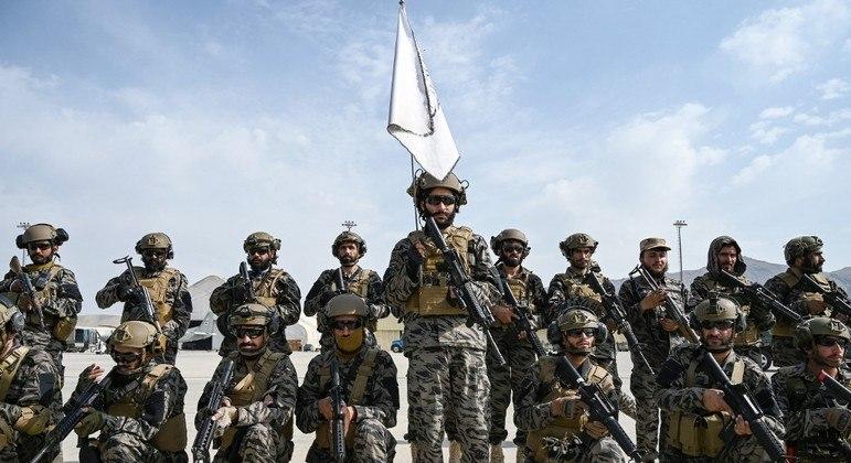 Homens do talibã posam para foto dentro do aeroporto de Cabul, capital do Afeganistão