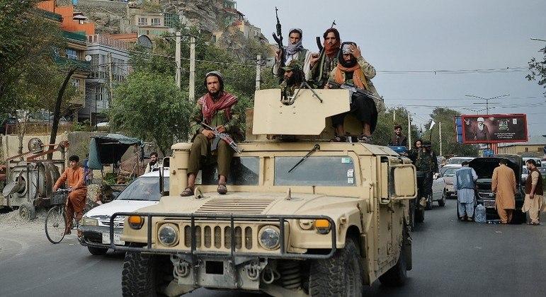 Membros do Talibã em um veículo blindado deixado pelos EUA no Afeganistão