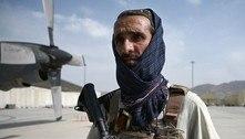 Talibãs desfilam no aeroporto de Cabul após retirada dos EUA