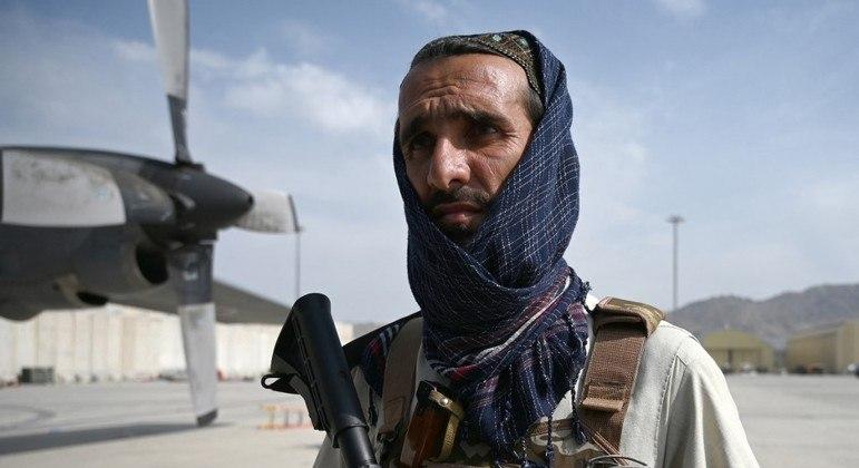 Membro do  Talibã no aeroporto de Cabul após  as tropas estrangeiras deixarem o Afeganistão
