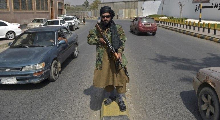 Membro do Talibã caminha armado pelas ruas da capital Cabul