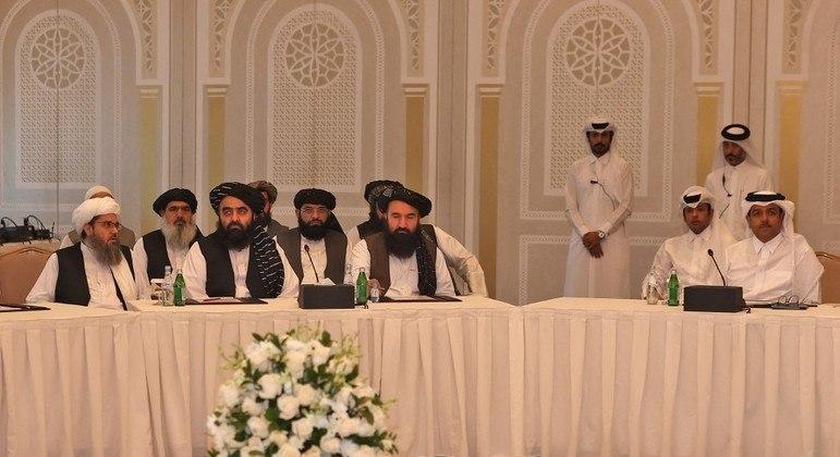 Líderes do Talibã em encontro com diplomatas da UE e dos EUA, em Doha, Catar