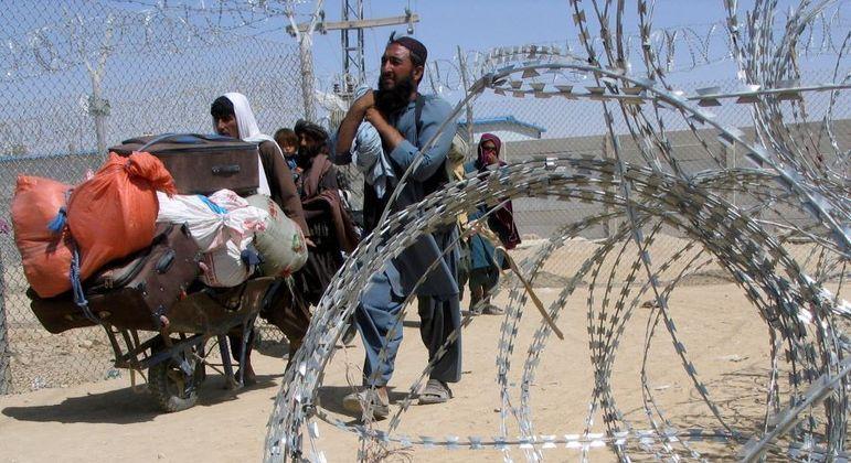 Família do Afeganistão atravessa passagem para o Paquistão