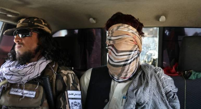 Suposto membro do Estado Islâmico vendado em carro das Forças Especiais do Talibã, em Cabul
