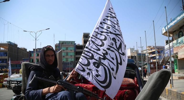 Com a tomada do poder no Afeganistão, Talibã troca a bandeira do país pela bandeira do grupo