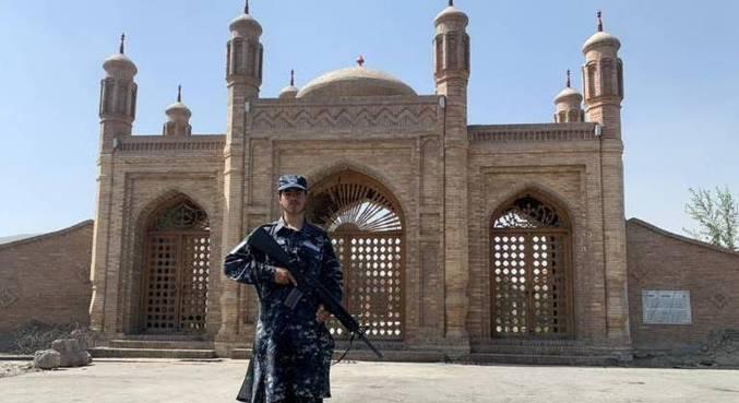 Membro da força talibã vigia o local em que ocorreu a explosão do último domingo (3)