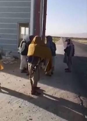 Homens armados assumem o controle de um portão para Aibak