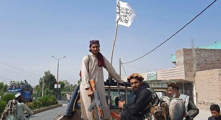 Combatentes do Talibã circulam armados por cidades do Afeganistão