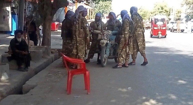 Talibãs se reunindo em uma rua da cidade de Kunduz na última segunda-feira (9)