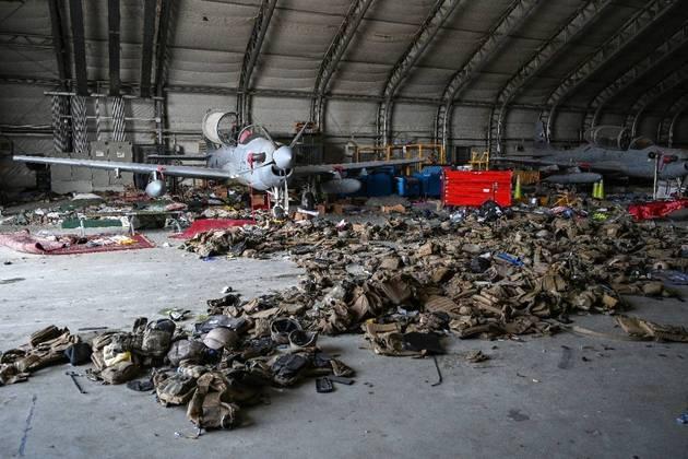 Segundo a AFP, os soldados inutilizaram 73 aeronaves no local antes do encerramento da ponte aérea