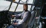 Já do lado de dentro, outros posavam para fotos dentro de aviões abandonados pelo exército afegão