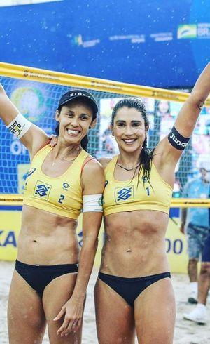 Carol Solberg (dir.) faz dupla com Talita Antunes no vôlei de praia
