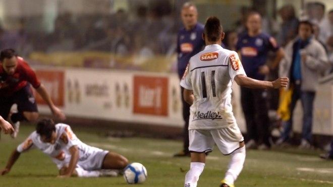 Talvez a confusão mais marcante em solo brasileiro. No Campeonato Brasileiro de 2010, Neymar sofreu pênalti em partida do Santos contra o Atlético-GO. Dorival Junior, então técnico do Santos, entretanto, ordenou que Marcel fizesse a cobrança, o que deixou Neymar irado. O craque xingou o treinador e passou a fazer inúmeras firulas com a bola até o apito final