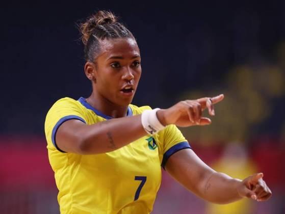 Tamires Araujo, também da seleção feminina de handebol do Brasil, combinou tranças e coque para amarrar os cabelos durante o jogo