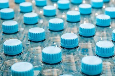 Teste realizado com as principais marcas de água engarrafadas do mundo mostrou que há micropartículas de plásticos no líquido