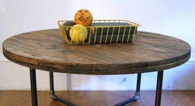 Tampo da mesa de carretel com base feita em estruturas de canos