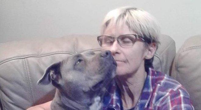 Tamra McBeath-Riley e a cadela Raya que estavam presos em área remota da Austrália